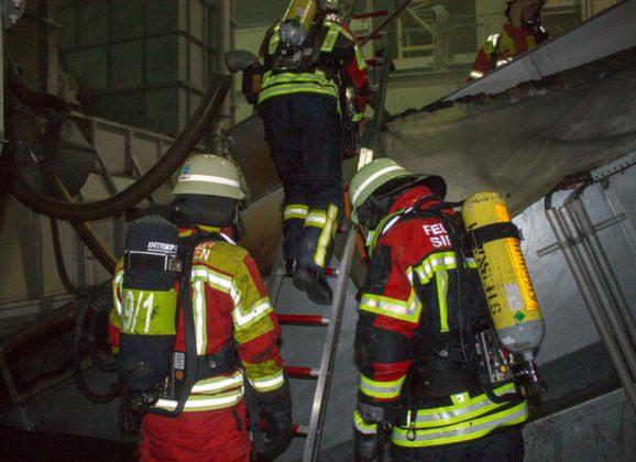 Förderband brennt in Altpapierhalle