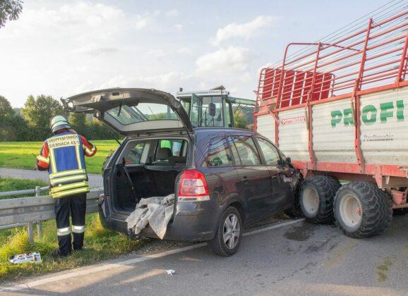 Pkw in Ladewagen verkeilt